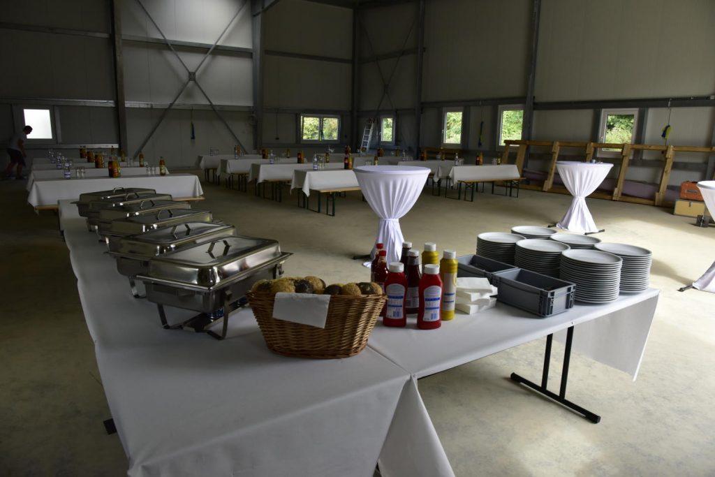 Buffet und Sitzgelegenheiten in der zukünftigen Lagerhalle für Baumaterial am neuen RelAix-Networks-Hauptsitz